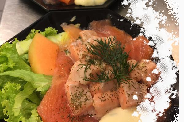 Een combinatie van gerookte- en gemarineerde zalm, geserveerd met mosterdsaus.